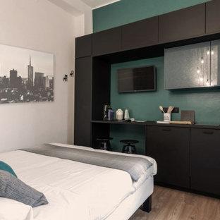 Ejemplo de dormitorio tipo loft, actual, pequeño, con paredes verdes, suelo vinílico y suelo marrón