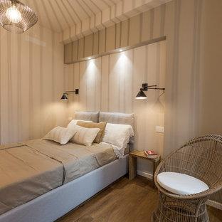 Foto di una camera matrimoniale design con pareti beige, parquet scuro e pavimento marrone