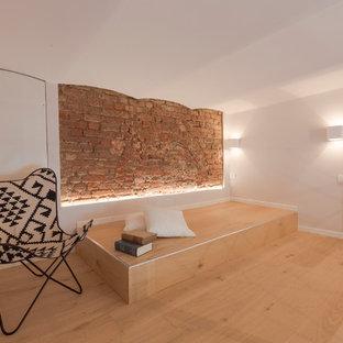 Immagine di una piccola camera da letto stile loft shabby-chic style con pareti bianche, parquet chiaro e pavimento beige