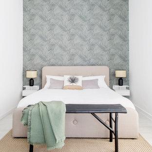 Ejemplo de dormitorio principal, tropical, pequeño, con paredes verdes, suelo laminado y suelo blanco