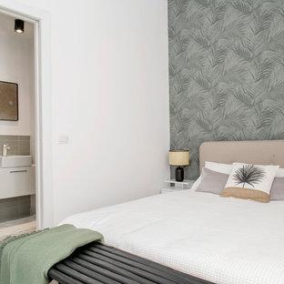 Ejemplo de dormitorio principal, exótico, pequeño, con paredes verdes, suelo laminado y suelo blanco