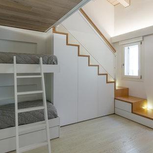 Ispirazione per una camera degli ospiti minimalista di medie dimensioni con pareti bianche, parquet chiaro e pavimento giallo