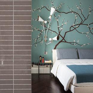 Foto di una grande camera degli ospiti contemporanea con pareti verdi e parquet scuro