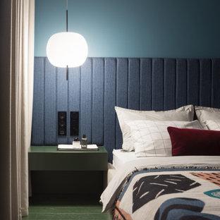 Foto på ett mellanstort funkis huvudsovrum, med blå väggar, målat trägolv och grönt golv