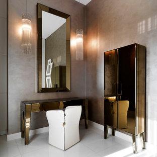 Immagine di una camera matrimoniale minimal di medie dimensioni con pareti beige, pavimento in gres porcellanato e pavimento bianco