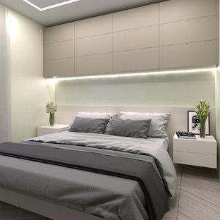 Esempio di una camera matrimoniale contemporanea di medie dimensioni con parquet chiaro e pareti bianche