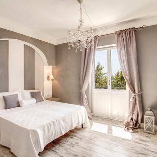 Foto di una camera matrimoniale chic con pareti multicolore e pavimento in legno verniciato