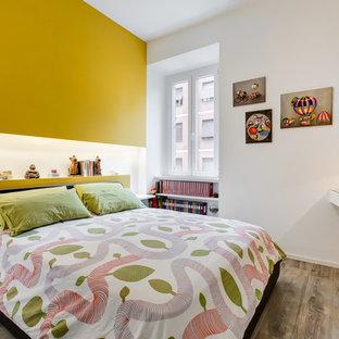 Idee per una camera matrimoniale design di medie dimensioni con pavimento in gres porcellanato, pareti gialle e pavimento marrone
