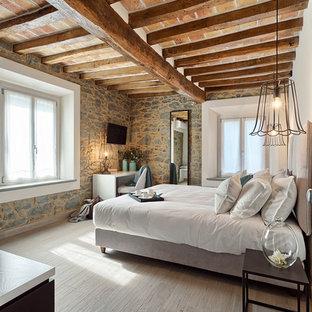 Ispirazione per una camera padronale mediterranea di medie dimensioni con parquet chiaro e pavimento beige