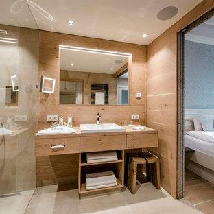 Esempio di una camera da letto design con pavimento beige