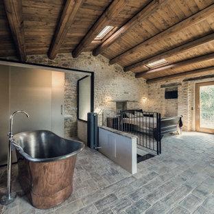 Ispirazione per una grande camera matrimoniale mediterranea con pareti grigie, pavimento grigio e soffitto in legno