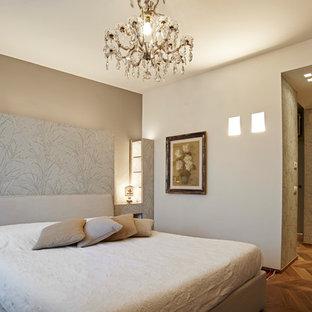 Foto di una camera matrimoniale chic di medie dimensioni con pareti beige, pavimento in legno massello medio e pavimento marrone