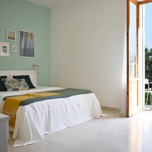 Immagine di una camera da letto stile marinaro con pareti blu e pavimento beige