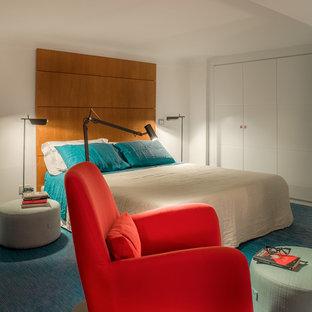 Foto de dormitorio tipo loft, costero, pequeño, con paredes blancas, tatami y suelo azul