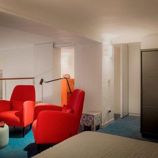 Imagen de dormitorio tipo loft, marinero, pequeño, con paredes blancas, tatami y suelo azul