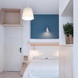 Immagine di una camera matrimoniale minimal di medie dimensioni con pareti blu e pavimento beige