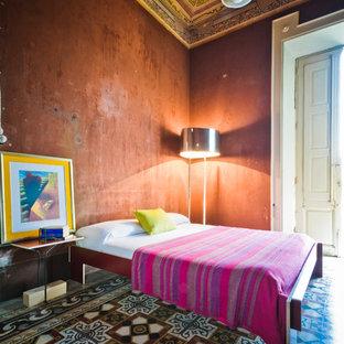 Eklektisk inredning av ett stort huvudsovrum, med bruna väggar, klinkergolv i keramik och flerfärgat golv
