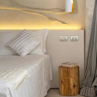Modelo de dormitorio principal, moderno, de tamaño medio, con paredes blancas, suelo de corcho y suelo blanco