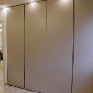 Foto di una piccola camera matrimoniale design con pareti beige, pavimento con piastrelle in ceramica e pavimento rosa