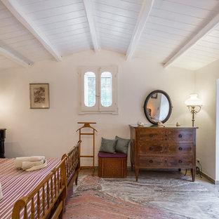 Esempio di una camera da letto mediterranea con pareti bianche