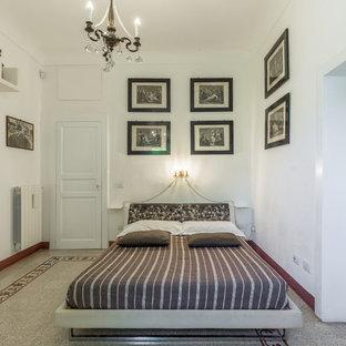 Foto di una camera da letto mediterranea con pareti bianche, nessun camino e pavimento multicolore