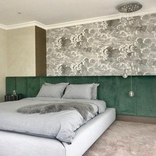 Immagine di una camera matrimoniale contemporanea con moquette, pavimento grigio e pareti multicolore
