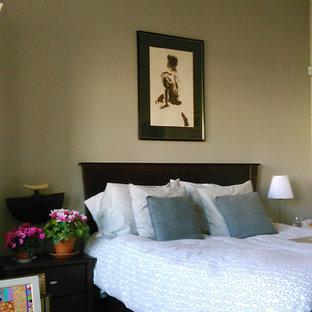 Foto de dormitorio principal, nórdico, pequeño, con paredes marrones y suelo de mármol