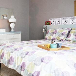 Modelo de dormitorio principal, retro, de tamaño medio, con paredes grises, suelo de mármol y suelo multicolor