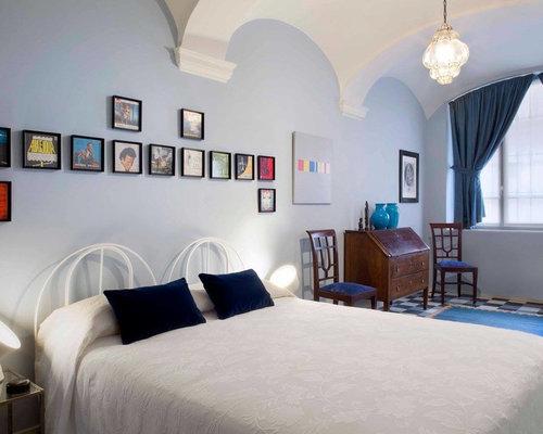 Camera da letto eclettica con pareti blu - Foto e Idee per Arredare