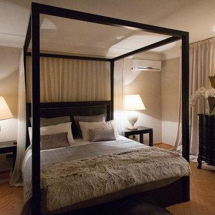 Imagen de habitación de invitados contemporánea, de tamaño medio, con paredes grises, suelo de ladrillo y suelo rosa