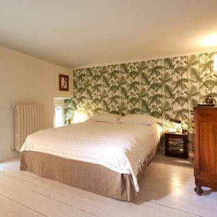 Immagine di una grande camera matrimoniale mediterranea con pavimento in legno verniciato, pavimento bianco, pareti multicolore e nessun camino