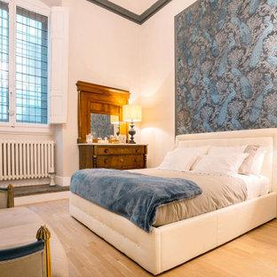 Foto di una camera da letto boho chic con pareti bianche, parquet chiaro e pavimento beige