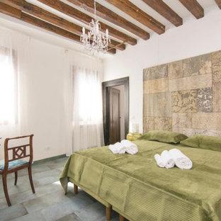 Идея дизайна: хозяйская спальня среднего размера в классическом стиле с белыми стенами, полом из керамогранита, бирюзовым полом и балками на потолке