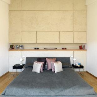 Idee per una piccola camera matrimoniale minimalista con pareti beige, parquet chiaro e pavimento marrone