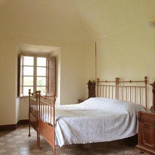 Imagen de dormitorio principal, clásico, extra grande, con paredes blancas y suelo multicolor