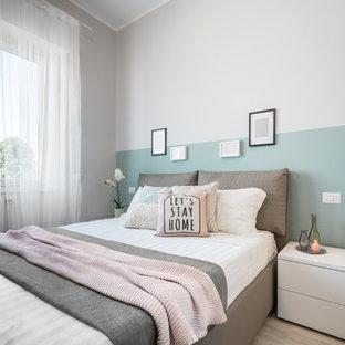 Modelo de dormitorio principal, escandinavo, pequeño, con paredes beige, suelo de madera clara y suelo beige