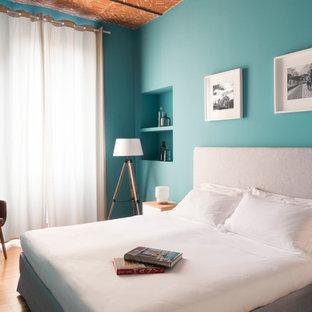 Esempio di una camera matrimoniale minimal di medie dimensioni con pareti blu, parquet scuro e pavimento marrone