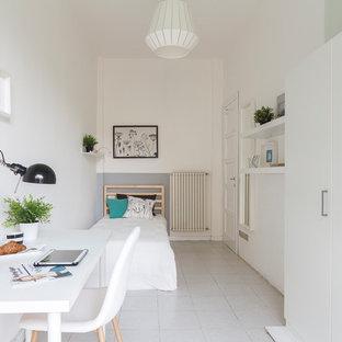 Idee per una camera da letto nordica con pareti bianche e pavimento grigio