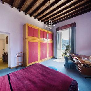 Immagine di una camera matrimoniale mediterranea con pareti bianche e pavimento blu