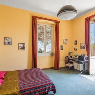 Esempio di una camera degli ospiti mediterranea con pareti gialle e pavimento blu