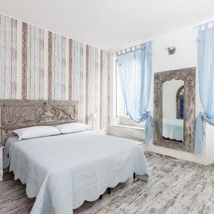 Idee per una camera matrimoniale stile shabby di medie dimensioni con pareti multicolore e pavimento in legno verniciato