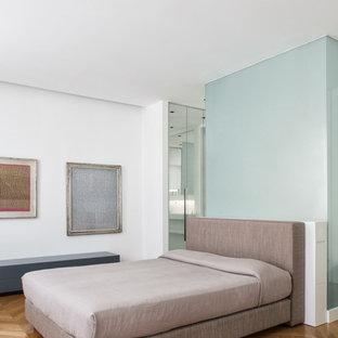 Foto di una camera matrimoniale minimal con pareti bianche e pavimento in legno massello medio