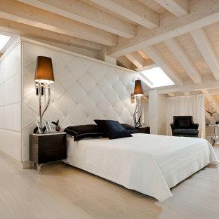 Foto di una camera da letto stile loft design con parquet chiaro e pavimento beige