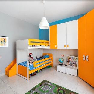 Esempio di una camera da letto minimal con pareti blu e pavimento beige