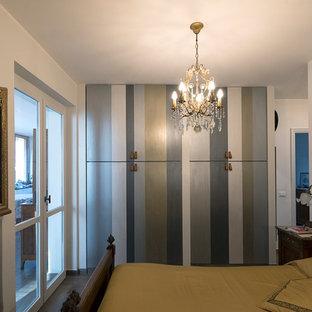 Идея дизайна: хозяйская спальня среднего размера в стиле модернизм с белыми стенами, полом из керамогранита и коричневым полом