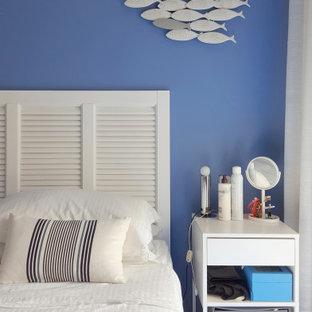Foto de dormitorio principal, marinero, pequeño, con paredes azules y suelo azul