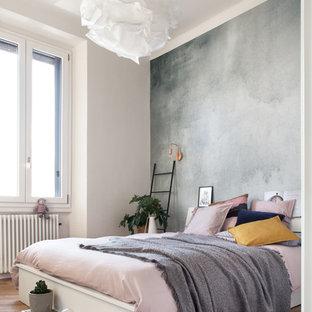 Esempio di una camera da letto nordica con pareti bianche, pavimento in legno massello medio e pavimento marrone