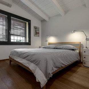 Esempio di una camera matrimoniale scandinava di medie dimensioni con pareti grigie e pavimento in legno massello medio