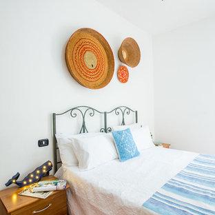 Eklektisk inredning av ett litet huvudsovrum, med vita väggar, klinkergolv i porslin och rosa golv