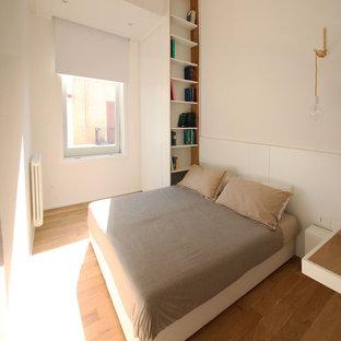 Ispirazione per una camera matrimoniale moderna di medie dimensioni con pareti bianche e pavimento in legno massello medio